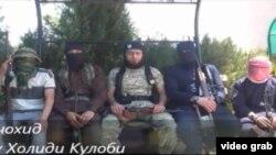 Скриншот размещенного в Интернете видео, на котором мужчины, предположительно из Таджикистана, рассказывают о присоединении к группировке ИГ.