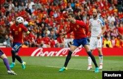 Гулец «Барсэлёны» Жэрар Піке (у цэнтры) забіў вырашальны гол за зборную Гішпаніі ў матчы супраць Чэхіі на Чэмпіянаце Эўропы 2016 году.