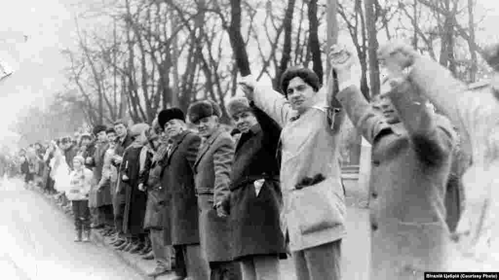 После проведения «Живой цепи» в Киеве, Житомире, Львове и Ивано-Франковске состоялись митинги-молебны
