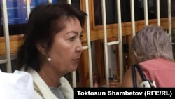 Раиса Атамбаева Қырғызстан мемлекеттік ұлттық қауіпсіздік комитетінің алдында тұр. Бішкек, 16 тамыз 2019 жыл.
