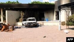 Сгоревшая постройка и машина консульства США в Бенгази.12 сентября 2012 года.