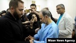 حضور محمدعلی نجفی در دفتر سرپرست دادسرای امور جنایی تهران یک روز پس از «اعتراف» به قتل همسرش/ آقای نجفی از بعدازظهر روز سهشنبه در بازداشت به سر میبرد.