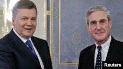 Роберт Мюллер під час візиту до Києва поруч із Віктором Януковичем.Червень 2013 року