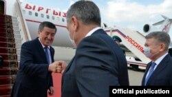 Сооронбай Жээнбеков в аэропорту в Москве. 24 июня 2020 года.