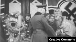 Начальник ''Православной миссии'' выражает признательность немецкому генералу (фото из книги Бориса Ковалева ''Повседневная жизнь населения России в период нацистской оккупации'')