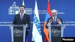 Действующий председатель ОБСЕ, министр иностранных дел Словакии Мирослав Лайчак (слева) на совместной пресс-конференции с министром иностранных дел Армении Зограбом Мнацаканяном, Ереван, 13 марта 2019 г.