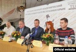 Руководители театра проводят пресс-конференцию перед началом нового сезона