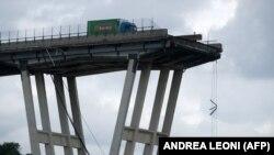 Pamje nga ura e shembur në Itali.