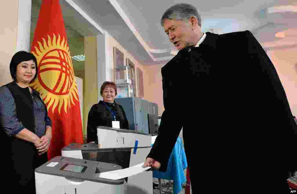 Қырғызстан президенті Алмазбек Атамбаев конституциялық өзгертулерге қатысты референдум мен жергілікті кеңеш сайлауына дауыс беріп тұр. Бішкек, 11 желтоқсан 2016 жыл.