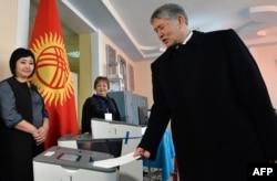 Қырғызстан президенті Алмазбек Атамбаев конституциялық өзгертулерге қатысты референдум мен жергілікті кеңеш сайлауы өткен күні Бішкектегі сайлау учаскесінде дауыс беріп тұр. 11 желтоқсан 2016 жыл.