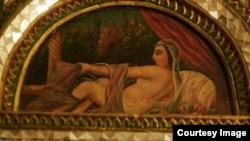 هنوز هم در بسیاری از نقاشی های دیواری قصر می توان نشانه هایی از حرم سراهای دربار دید