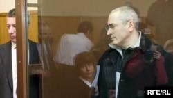 Адвокат Вадим Клювгант (слева) с другим своим подзащитным - Михаилом Ходорковским
