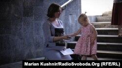 Вагітна Інна Пацкан у підземному переході у центрі Києва жебракує