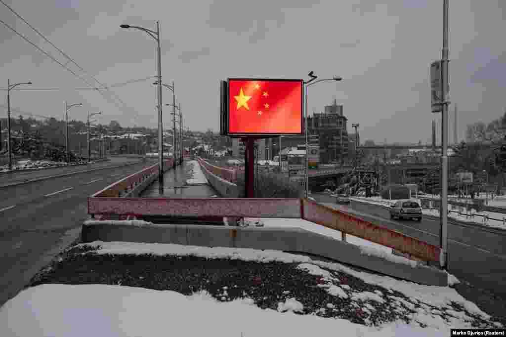 Steagul chinezesc care flutură în capitala Serbiei, Belgrad. Acesta este unul dintre numeroasele panouri cu mesaje pro-chineze instalate în toată Serbia, în timpul pandemiei de COVID-19.