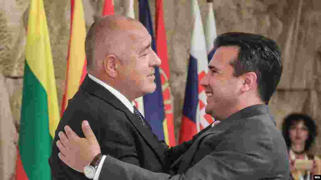 МАКЕДОНИЈА / БУГАРИЈА - Бугарскиот премиер Бојко Борисов телефонски му го честитал на премиерот Зоран Заев реизборот за претседател на СДСМ, а македонскиот премиер му возвратил со желба за успех на претстојните избори во Бугарија. Се согласиле дека треба што побрзо да се најде решение за спорот во интерес и на двете земји.