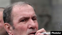 Armenia -- Opposition leader Levon Ter-Petrosian at an antigovernment rally in Yerevan, 1Mar2011
