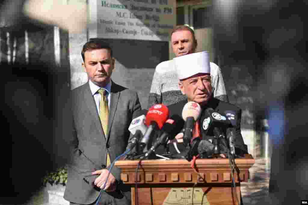 МАКЕДОНИЈА - На денешната вонредна седница на Риасетот на Исламската заедница, мнозинството муфтии (две третини) одлучило да го разреши поглаварот на ИВЗ, Реисот Сулејман Реџепи.