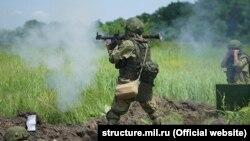 Российский морской пехотинец на крымском полигоне