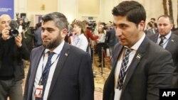 """Сирияның қарулы оппозициясы делегациясының басшысы, """"Джейш әл-Ислам"""" ұйымының жетекшісі Мохаммед Аллуш (сол жақта) пен көтерілісшілер өкілі Осама Абу Зейд Астанадағы бейбіт келіссөз кезінде. Астана, 16 ақпан 2017 жыл."""