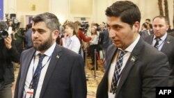 Сирия оппозициясының ресми өкілдері Осама Абу Заид (оң жақта) пен Мохаммад Аллуш Астанадағы бейбіт келіссөз кезінде. 16 қаңтар 2017 жыл.