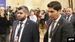 Главный переговорщик сирийской оппозиции Мухаммад Аллуш (слева) и официальный представитель делегации повстанцев Сирии Осама Абу Заид