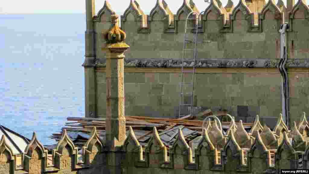 На даху робочі недбало складували дошки