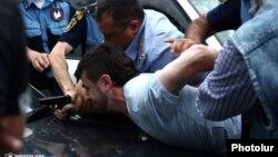 Ոստիկանները բերման են ենթարկում Հայկ Կյուրեղյանին, 12-ը հունիսի, 2014թ.