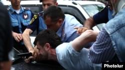 Ոստիկանները կալանավորում են Հայկ Կյուրեղյանին: 12-ը հունիսի, 2014 թ․