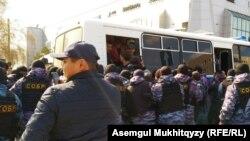 Задержания участников несанкционированной акции в Нур-Султане. 1 мая 2019 года.