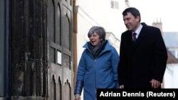 Premierul Theresa May, la Salisbury