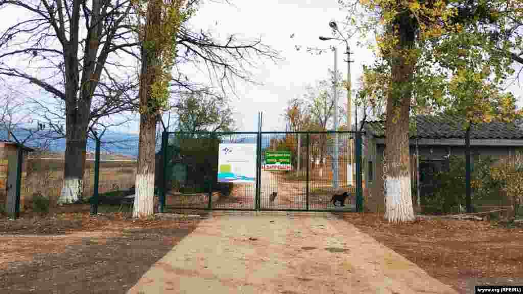 Вхід на територію Аянського гідровузла. Територія частково обгороджена