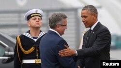 Президент Польши приветствует Обаму по его прибытии в Варшаву