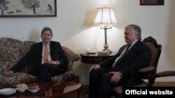 Министр иностранных дел Армении Эдвард Налбандян (справа) принимает комиссара ЕС по вопросам Европейской политики соседства и переговорам по расширению Йоханнеса Хана, Ереван, 18 марта 2015 г. (Фотография - пресс-служба МИД Армении)