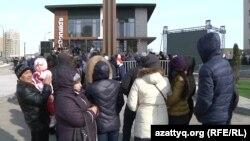Астанадағы McDonald's мейрамханасының ашылуына келген тұрғындар. 8 наурыз 2016 жыл.