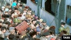 Армянские беженцы пытаются покинуть Баку, 23 января 1990 г.