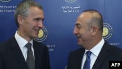 NATO-nyň baş sekretary Ýens Stoltenberg (çepde) we Türkiýäniň daşary işler ministri Mewlut Jawusoglu. Ankara. 9-njy oktýabr, 2014 ý.