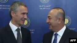 Jens Stoltenberg (majtas) dhe Mevlut Cavusoglu para takimit të tyre të sotëm në Ankara
