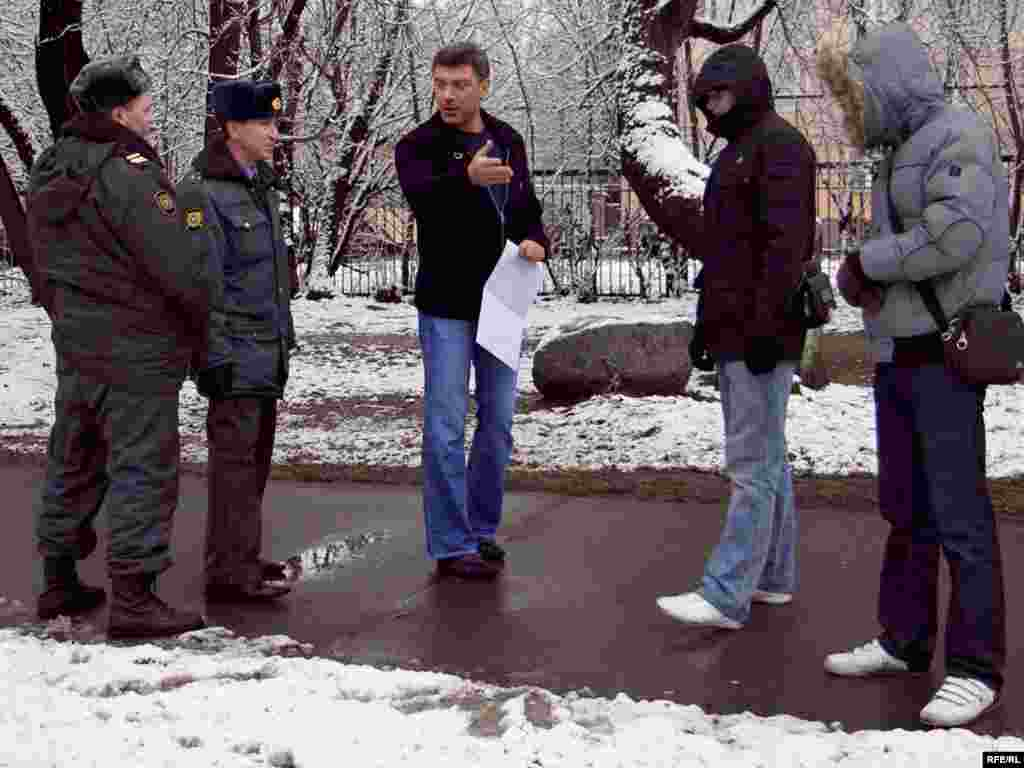 Police arrived to detain Nemtsov for his participation in an unsanctioned gathering of three.