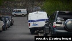 Полиция недалеко от штаба Алексея Навального во Владивостоке, 15 мая 2016 года