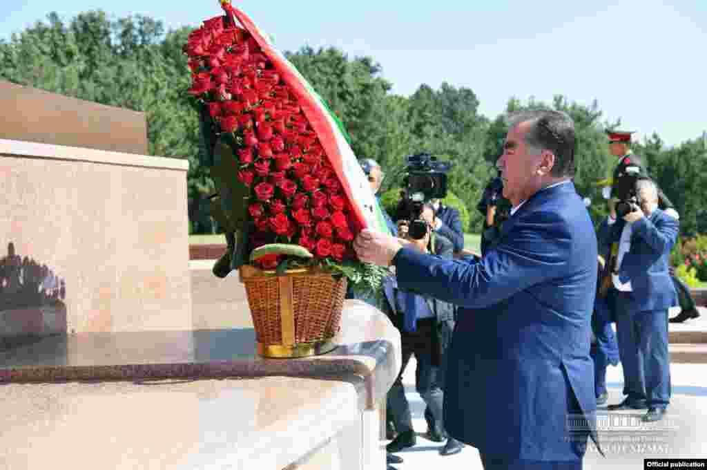 Тәжікстан президенті Эмомали Рахмон ескерткішке гүл қойып жатыр. Ташкент, 17 тамыз 2018 жыл