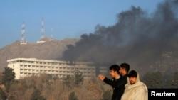 Клубы дыма над отелем в Кабуле, на который совершено нападение.