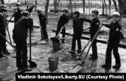 Strângerea apei din bălțile de pe terenurile școlare înainte de vacanța de 1 Mai din 1987