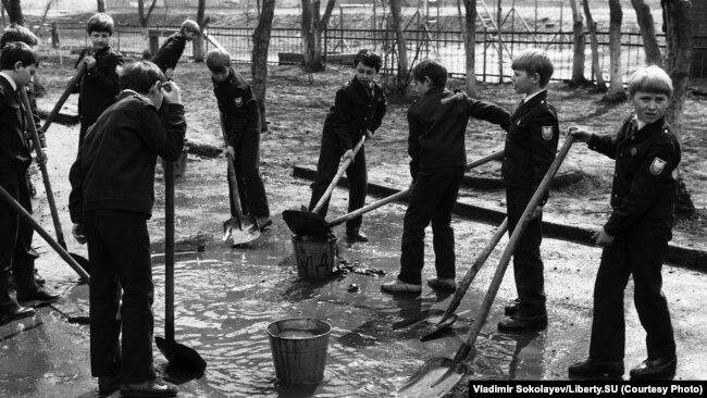 Удаление лужи с территории школы перед праздником 1 мая. Улица Покрышкина. Новокузнецк. 30.04.1987