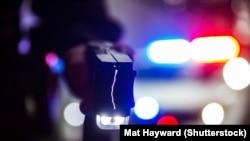 Электрошокер в руках полицейского, иллюстративное фото