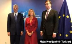 Президенты Косова и Сербии Хашим Тачи (слева) и Александр Вучич и глава внешнеполитического ведомства ЕС Федерика Могерини на переговорах в Брюсселе, 3 июня 2017