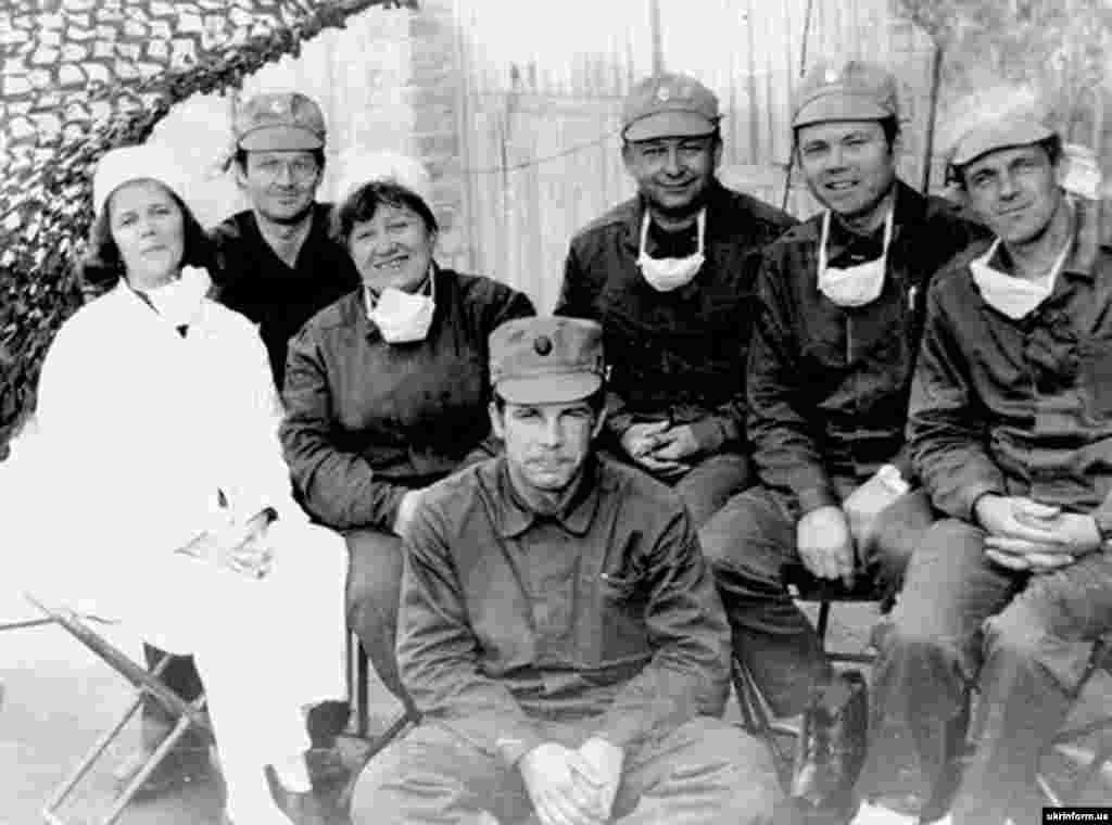 Чернобыльдағы апаттан соң оқиға болған жерге келген алғашқы құтқарушылардың бір тобы. Мұрағаттағы сурет.