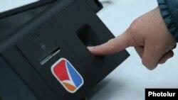 Устройство электронной аутентификации снимает отпечатки пальцев на избирательном участке в Ереване. Иллюстративное фото.