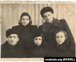 Іван Данілавіч з сынам, жонкай і сямейнай парай, якая праходзіла па той жа «антысавецкай справе»