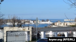 Выход из Корабельной бухты, в которой расположен Севморзавод. Справа – 1472 военно-морской клинический госпиталь Черноморского флота, в эту точку должен прийти будущий мост