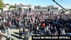Розмахуючи червоно-білими прапорами і скандуючи ім'я Саакашвілі, сотні демонстрантів зібралися 4 жовтня біля СІЗО в Руставі